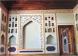 Wall decorated with recessed niches (Uyghur: oyuq) in the men's parlour in Toghraklek Villa, Qiemo.